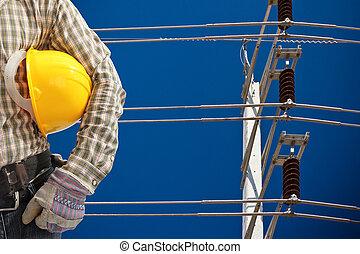 Un poste de alta tensión en el cielo azul