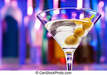 Un primer plano de copas con aceitunas en el bar
