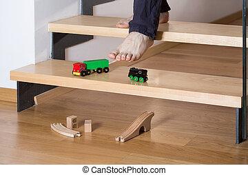 Un primer plano de juguetes en las escaleras