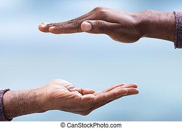 Un primer plano de la mano de un hombre