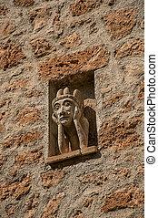Un primer plano de la pared de piedra con gárgola en el nicho en la aldea de Les Arcs-sur-Argens.