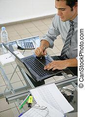 Un profesional de negocios trabajando en su portátil