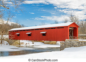 Un puente cubierto de nieve