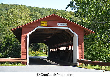 Un puente cubierto de rojo