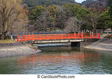 Un puente rojo sobre el agua