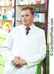 Un químico de farmacia seguro en la farmacia