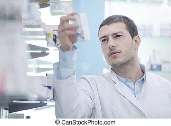 Un químico farmacéutico en la farmacia
