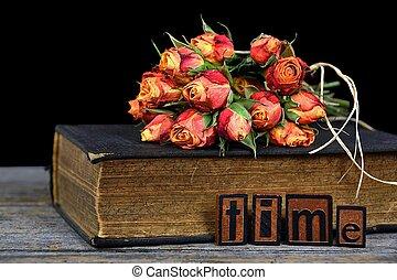 Un ramo de rosas en un libro antiguo