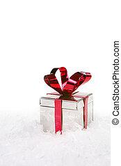 Un regalo de Navidad en la nieve con espacio de copia