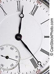 Un reloj de bolsillo antiguo aislado de fondo blanco