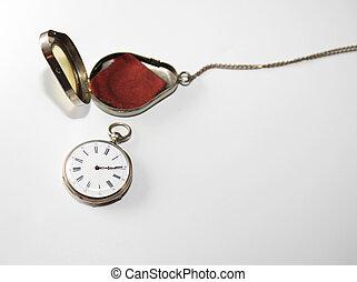 Un reloj de bolsillo de plata antiguo