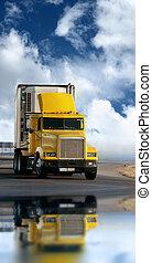 Un remolque amarillo en la carretera