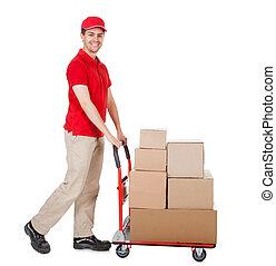 Un repartidor con un carrito de cajas