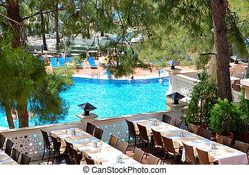 Un restaurante al aire libre en un hotel de lujo moderno, Marmaris, Turquía