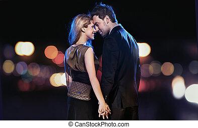 Un retrato conceptivo de una joven pareja con vestidos elegantes