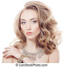 Un retrato de moda de una bella mujer de lujo con joyas aisladas