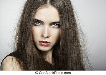Un retrato de moda de una joven hermosa mujer. En primer plano