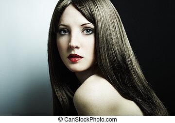 Un retrato de moda de una joven y hermosa mujer morena