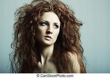 Un retrato de moda de una joven y hermosa pelirroja