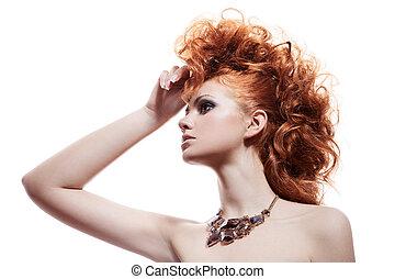 Un retrato de moda de una mujer de lujo con joyas aisladas