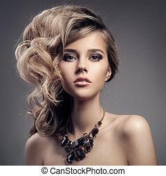 Un retrato de moda de una mujer de lujo con joyas.