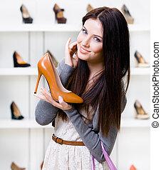 Un retrato de mujer con un zapato elegante