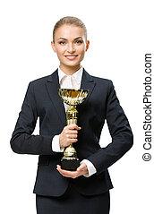 Un retrato de mujer de negocios con una taza de oro