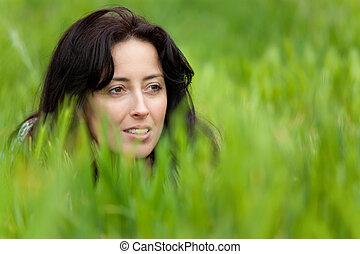 Un retrato de mujer en la hierba