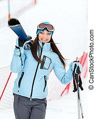 Un retrato de mujer repartiendo esquís