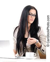 Un retrato de oficina de una joven mujer de negocios mirando su reloj de pulsera