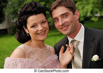 Un retrato de pareja sonriente al aire libre