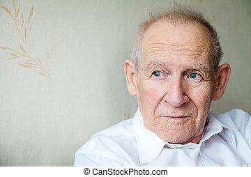 Un retrato de primer plano de un anciano pensativo