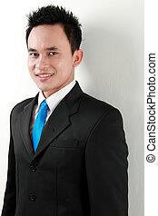 Un retrato de un joven asiático feliz sonriendo