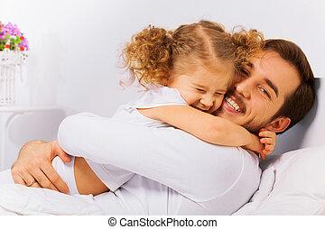 Un retrato encantador de padre e hija felices