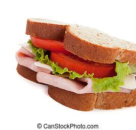 Un sándwich de jamón sobre trigo en un fondo blanco