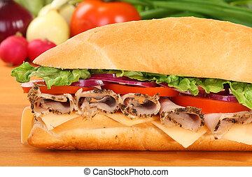 Un sándwich de jamón y tomate