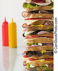Un sándwich de torre de Dagwood con salsas
