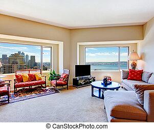 Un salón brillante con grandes ventanas
