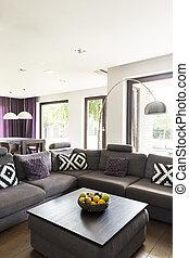 Un salón confortable con sofá grande