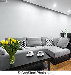 Un salón ligero con sofá