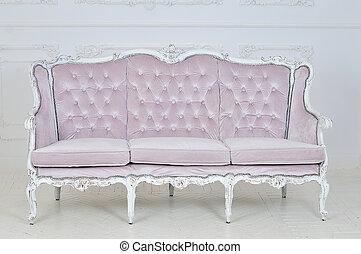 Un sofá antiguo en el estudio