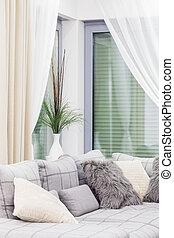 Un sofá blanco con almohadas
