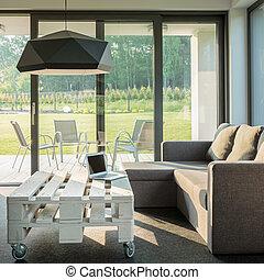 Un sofá cómodo y una mesa con estilo