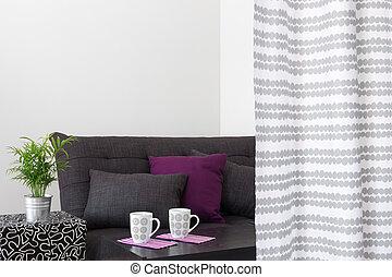 Un sofá con cojines brillantes en un salón