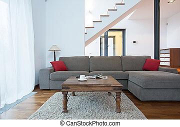 Un sofá grande en la sala