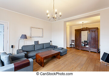 Un sofá gris en una sala espaciosa