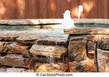 Un spa con cascada y fuente