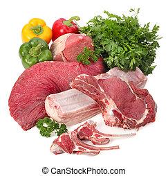 Un surtido de carne cruda con verduras