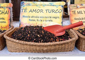 Un surtido de hojas de té sobre cestas de mimbre