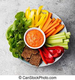 Un surtido de vegetales frescos con salsa saludable